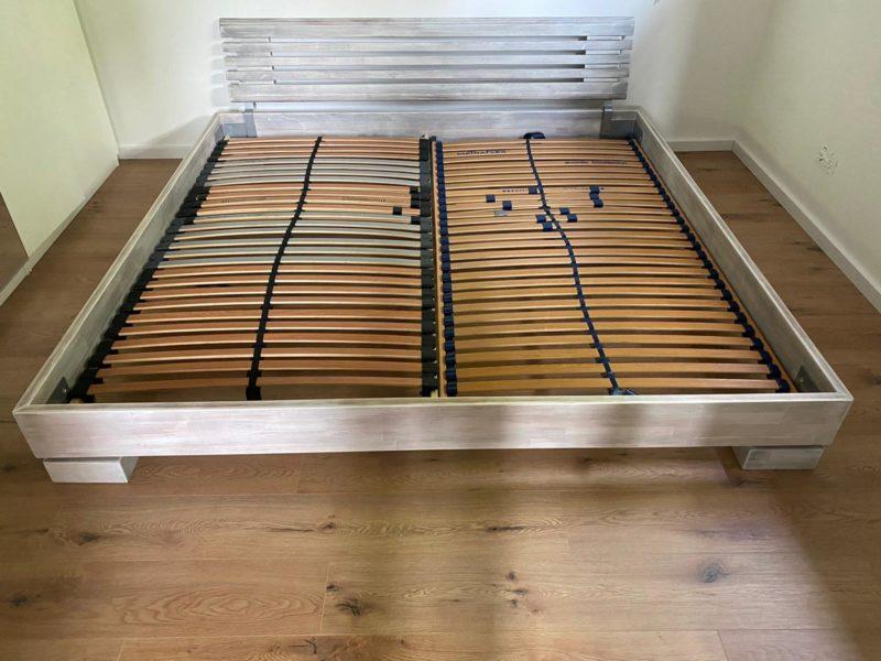 Massivholz-Doppelbett mit Lattenrost 2 m x 2 m + Matratzen