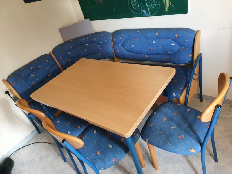 Eckbank mit Ausziehtisch und 3 Stühlen