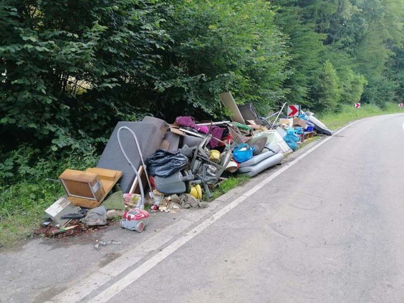 (Flut-rsk) Kleiner Campingplatz Treibgut einsammeln, Müll entsorgen, Putz abklopfen, Strom instandsetzen, Campingwagen verschlammt....