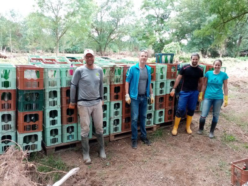 Säuberungsaktion des verwüsteten Naturschutzgebietes von kontaminierten Getränkeflaschen und -kästen