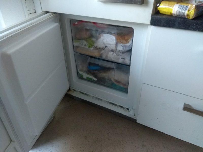 Rollstuhlgerechte Küchenzeile mit Kühlschrank und Herd